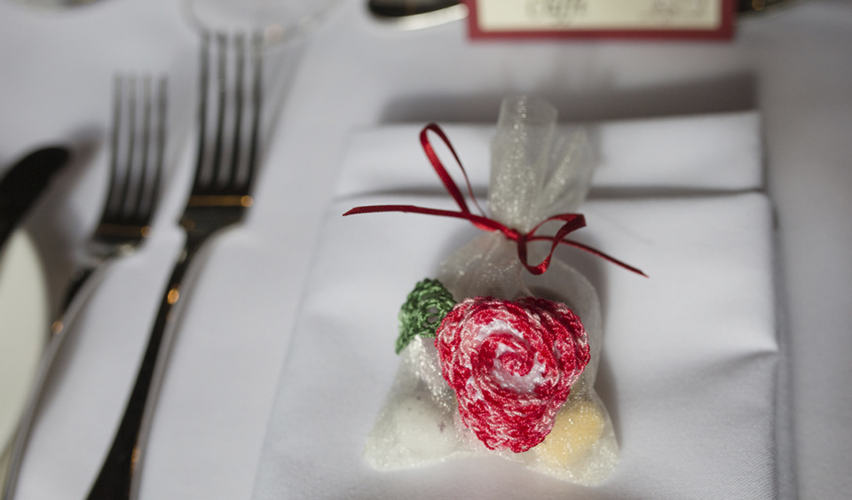 A red crochet flower as part of the wedding favours is the perfect rustic wedding gift for guests