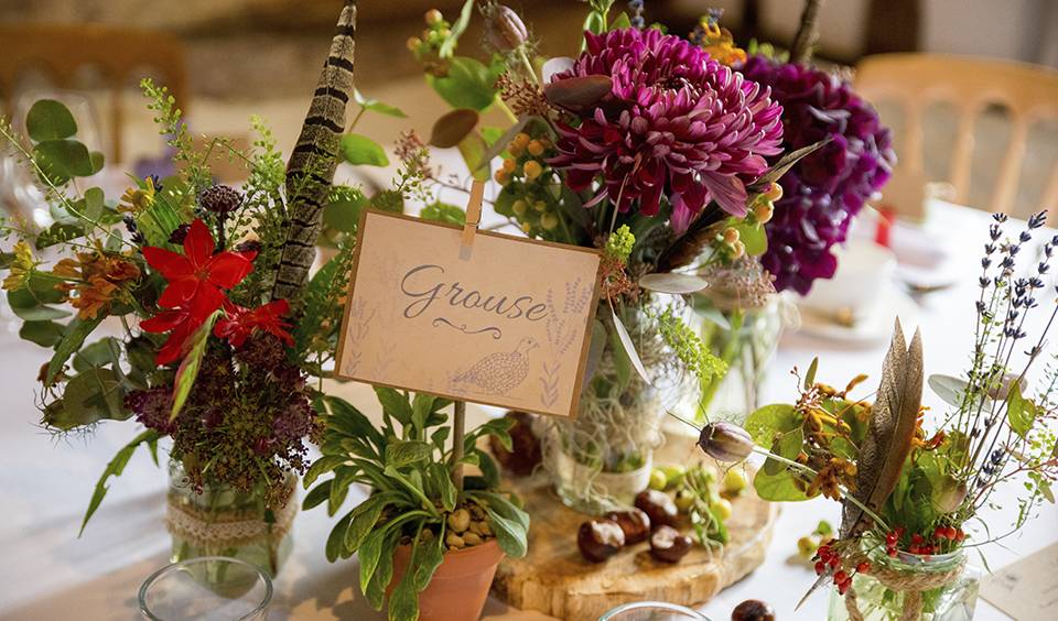 Decorate your tables with seasonal bouquets and natural pieces to create an autumnal feel